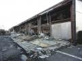 110318壊れたスーパーマーケットの壁