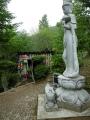 08小屋周辺の千羽鶴と菩薩像