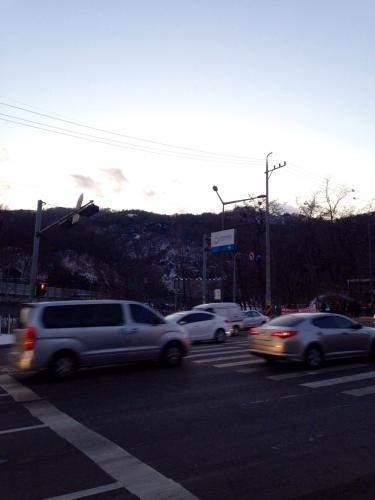 大学周辺の山もすっかり雪化粧^^