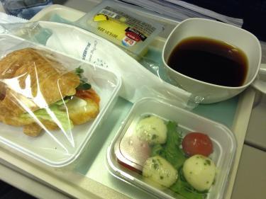 ソウルから福岡までは1時間ちょい。でもサンドイッチの機内食もついてます^^