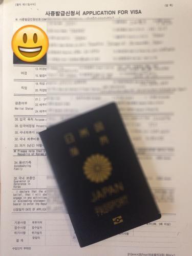 VISA発給の申請書に記入し、パスポート、その他必要書類を揃え提出します。