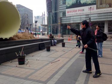 韓国の伝統遊び。投壺。これは壺型ではないので矢が入りやすい?(笑)