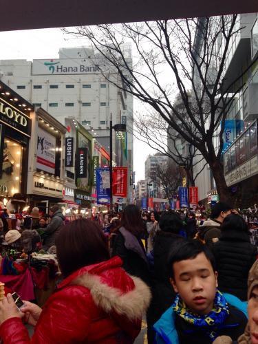 連休スタートの明洞。中国人観光客でごった返してました^^;