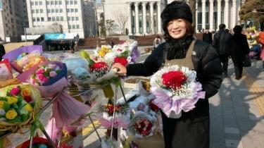卒業式のシーズンになると学校の近くで沢山の花が販売されます^^