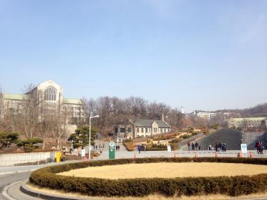 イデ。日中は暖かかったですがまだまだキャンパスは冬の景色。