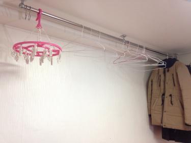 洗濯干しがお部屋に設置されている所あります。