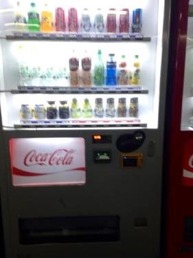 交通カードで飲み物が帰る自販機も。