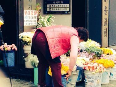 花売りアジュンマ。春を感じさせる花々が並びます^^