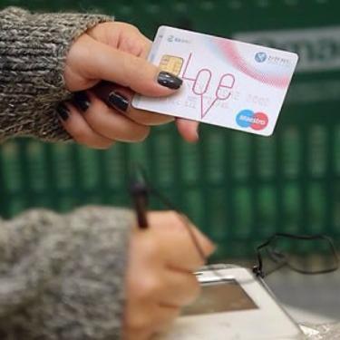 チェックカードでお会計もスマートに。