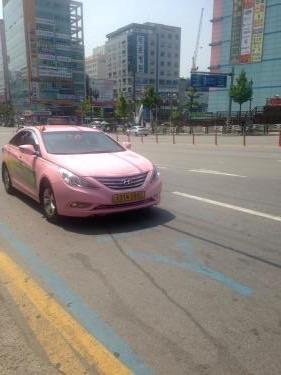 ソウルではお目にかかれない?!ピンク色のタクシー。