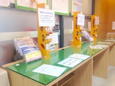 空港内の郵便局でも街中の郵便局と同じ業務が行われていました^^