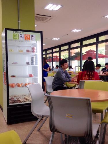 昼食をとる学生も多かったです^^
