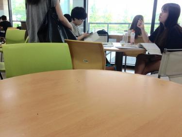 果物を食べながら勉強する大学生たち。