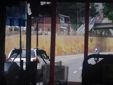 市立大へと向かう途中に大輪の向日葵の壁画
