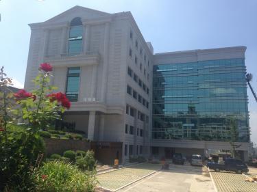 大学院の建物もごらんの通り。