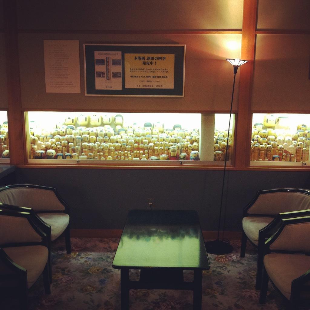 若葉旅館のこけし展示