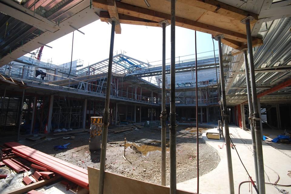 1階回廊と中庭