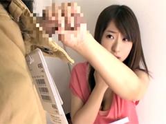試着室で女性店員の胸チラに勃起した男性器を見せたらw