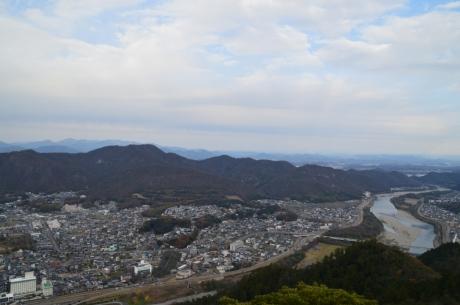 6山のふもとの長良川
