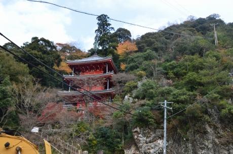 12山のふもとの三重塔