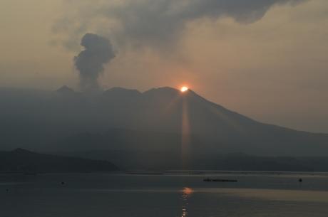 20夕日と噴火の桜島