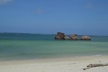 2透き通る青さの荒はビーチ