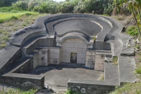 15亀甲墓かな