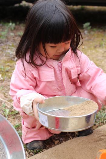 粘土をふるいにかける