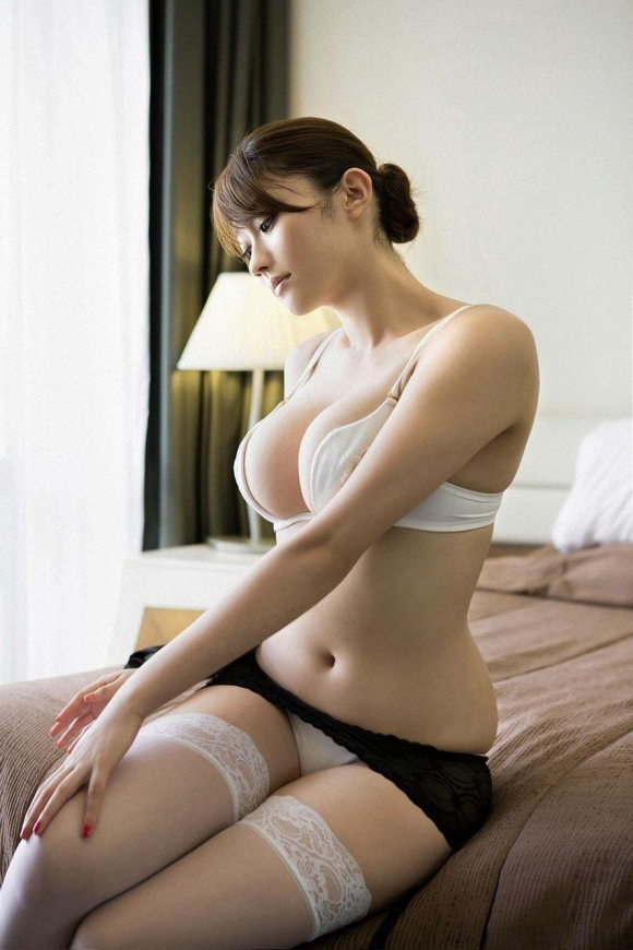 【エロ画像】下着姿でセクシーな魅力で誘惑されたいよ。こんなランジェリー娘にね