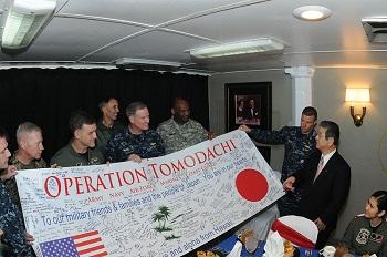 米空母レーガン上の北澤俊美防衛相