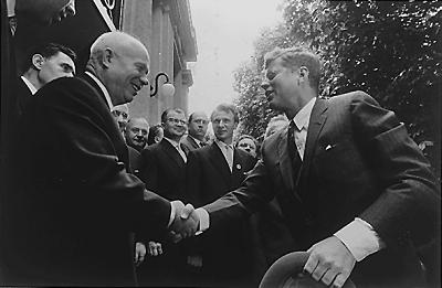 握手するフルシチョフ首相とケネディ大統領