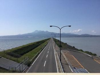 潮受け堤防上の道路
