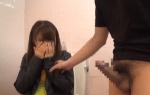 目の前でカリ太デカチンのセンズリを目撃してドン引きの女の子www