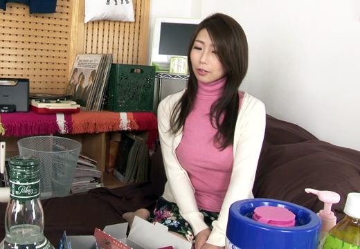 弁護士の夫の秘書として働く奥様(34)は依頼者と不倫を繰り返す淫乱妻!