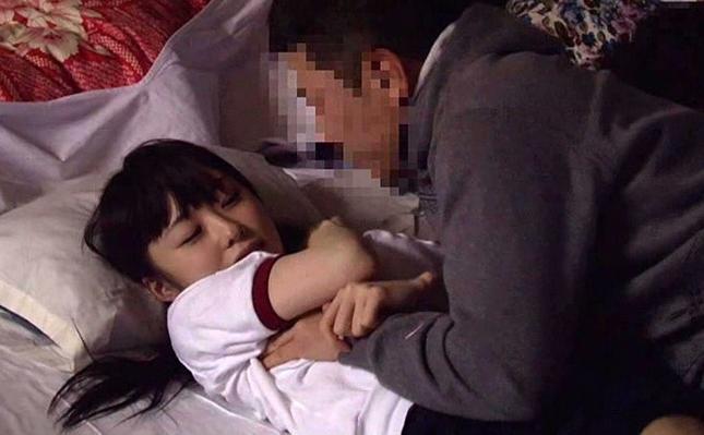 宿所でザコ寝する先輩女子マネージャーに手を出す男子部員。