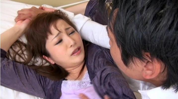 男達は欲望を抑えることができず夫の目の前で美人妻を犯していく…。