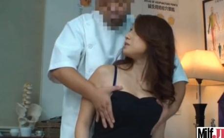 不審そうな顔でオッパイを揉まれる人妻が色っぽいです!