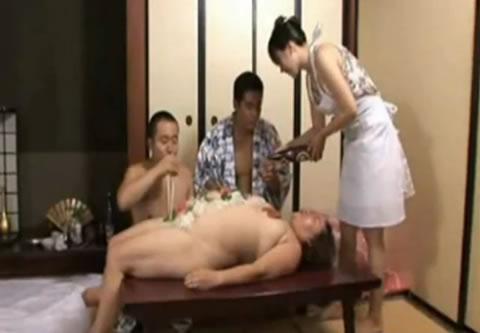 fat woman/ブスおばさんの女体盛り(無修正)