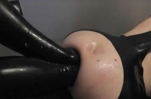 【海外】女王様の腕チンポが、M男の肛門を滑らかに出入り