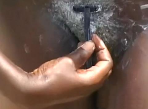 アダルト動画:野外でまん毛を剃る全裸のアフリカ女性