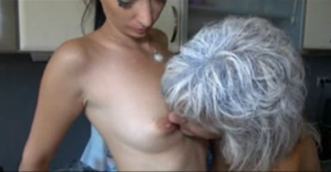 白髪老女とギャルのレズ(無修正)