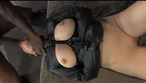 ボンテージスーツを着た女が両手を拘束されたまま男の肉棒を弄ぶ(無修正)