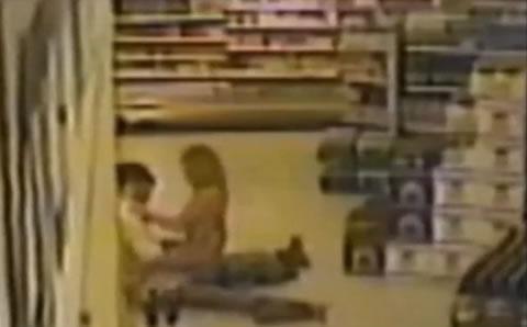 誰もいないスーパーマーケットで突然セックスしだすカップル