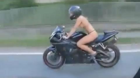 高速道路で全裸のライダー