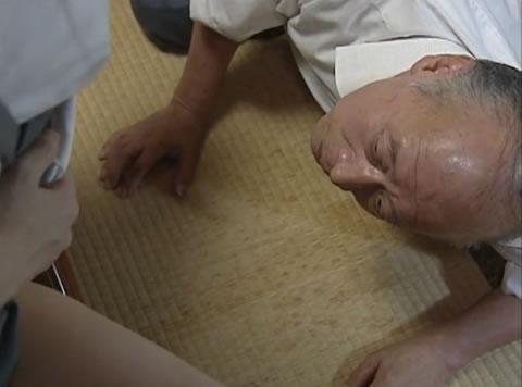 【ドラマ】ブサカワJKのオシッコを爺に飲ませる父親