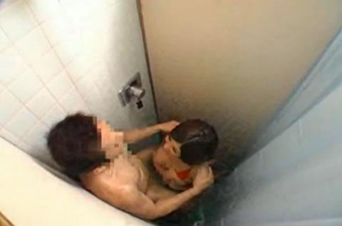シャワールームでエッチするカップルを覗く