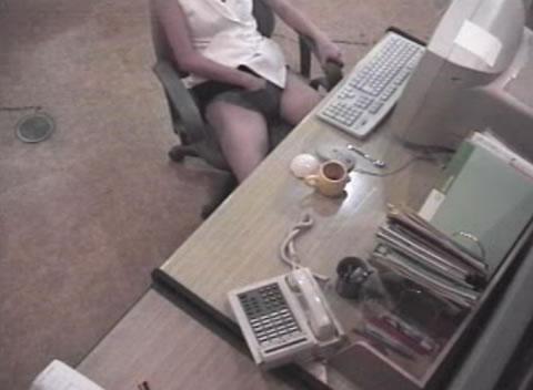 オナニー 職場のデスクで・・・盗撮