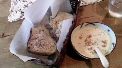 セットのスープとパン