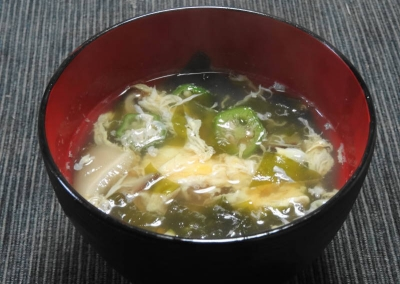 椎茸とタケノコ、若布のオクラ入り玉吸い