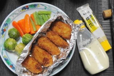 芽キャベツに牡蠣フライ、タルタルソース添え